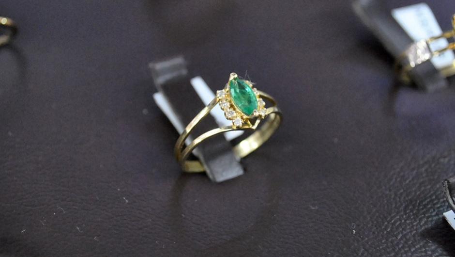 cbda43425da Anel de Formatura Ouro 18k Esmeralda com Brilhantes
